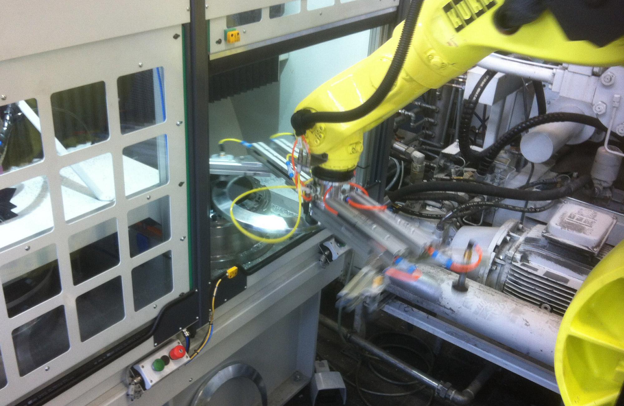 AMT Fertigungszelle mit Roboterbeladung